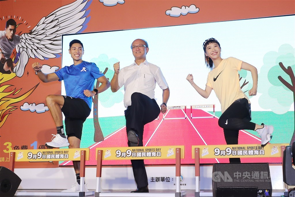From left: sprinter Chen Chieh, Deputy Education Minister Lin Teng-chiao and entertainer Lulu. CNA photo Aug. 25, 2020