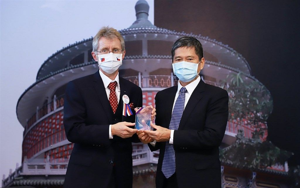 Czech Senate President Miloš Vystrčil (left) and Culture Minister Lee Yung-te/ Photo courtesy of the Ministry of Culture