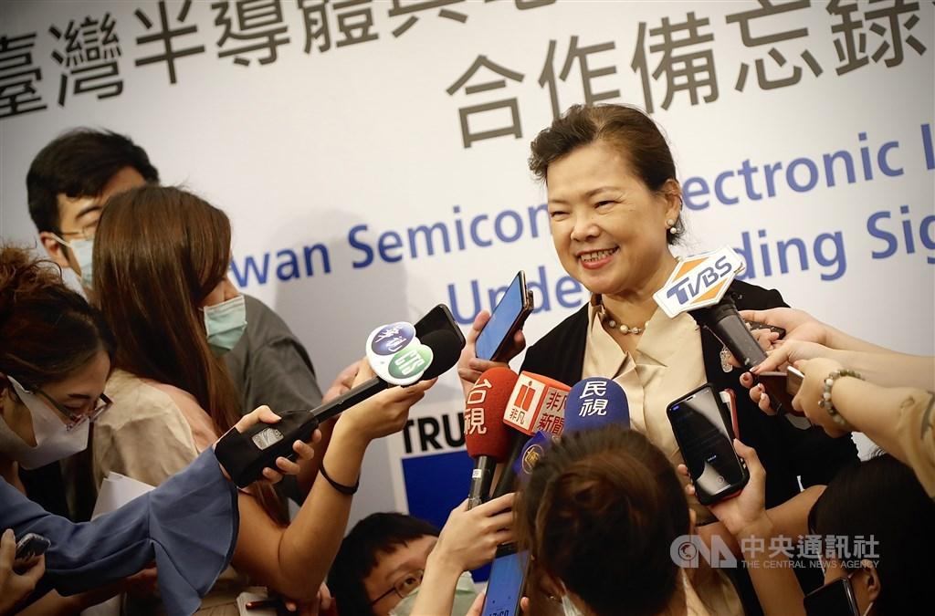 Economics Minister Wang Mei-hua (facing). CNA photo Sept. 2, 2020
