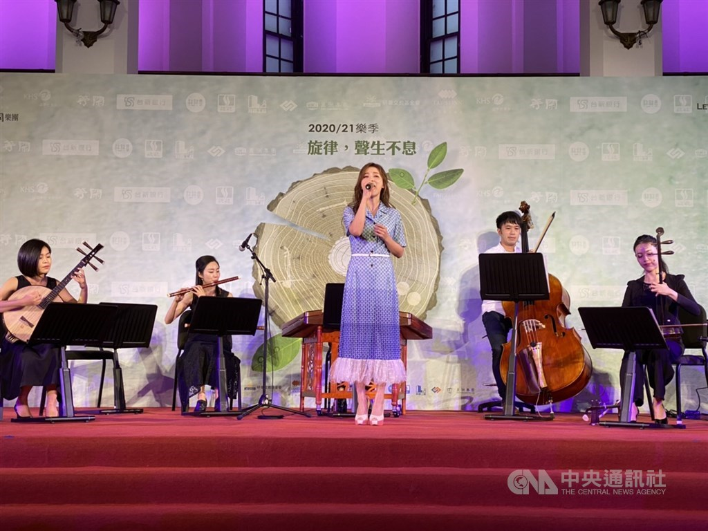 Taiwanese singer Genie Chuo (卓文萱, front) performs with the Taipei Chinese Orchestra. CNA photo Sept. 7, 2020