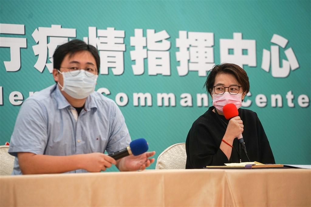 Taipei Deputy Mayor Huang Shan-shan (right)