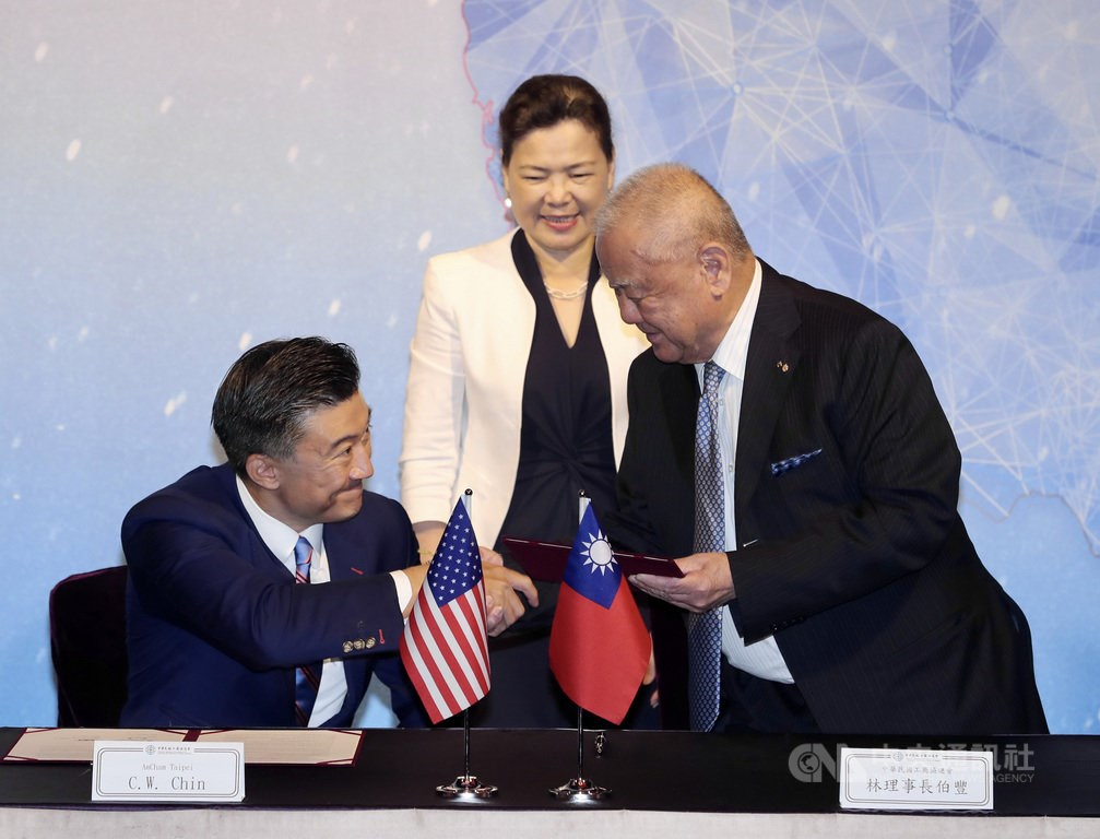 C.W. Chin (left), Wang Mei-hua (center) and Lin Por-fong at the signing ceremony/ CNA photo Sept. 9, 2020