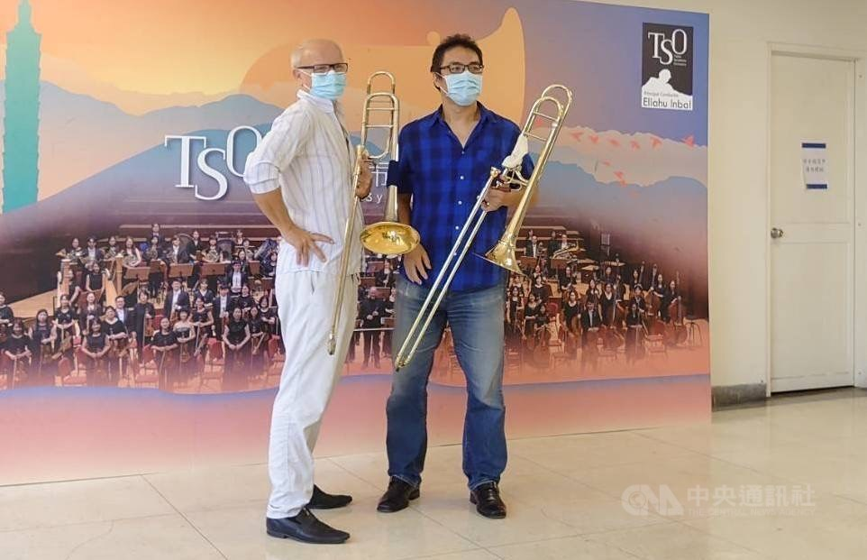 Christian Lindberg (left) and the Taipei Symphony Orchestra's first trombone, Lee Shyan-jer. CNA photo Sept. 10, 2020