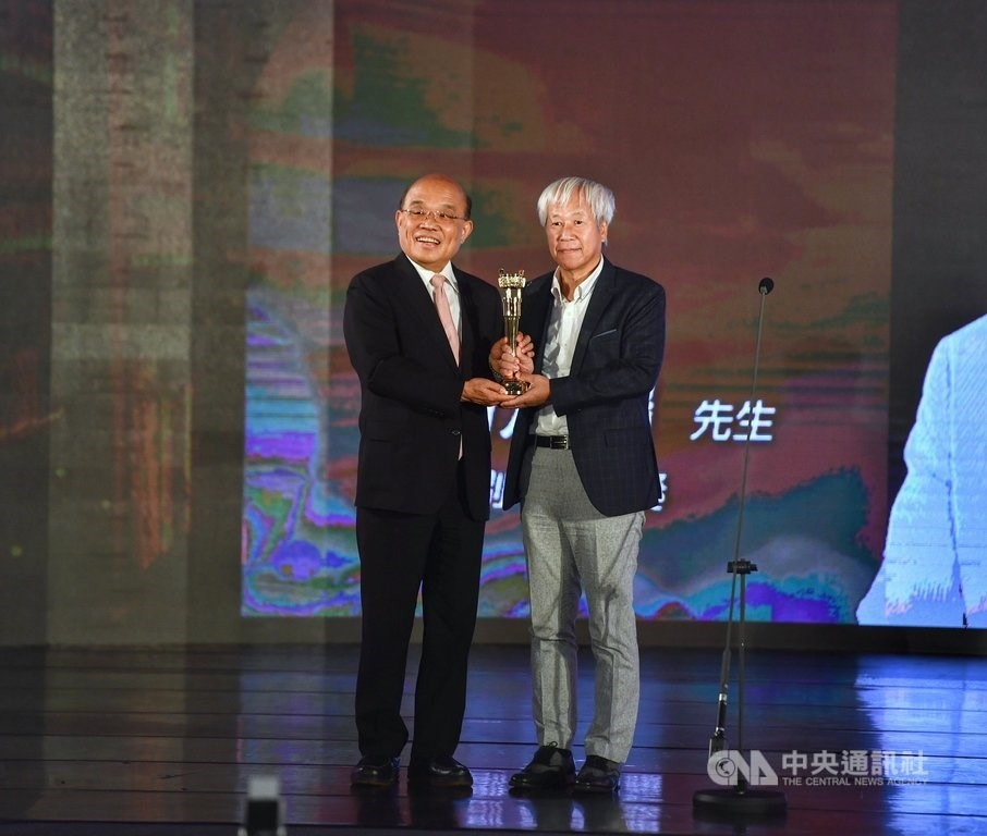 Premier Su Tseng-chang (蘇貞昌,left) and veteran publisher Ho Fei-peng (何飛鵬) / CNA photo Sept. 11, 2020