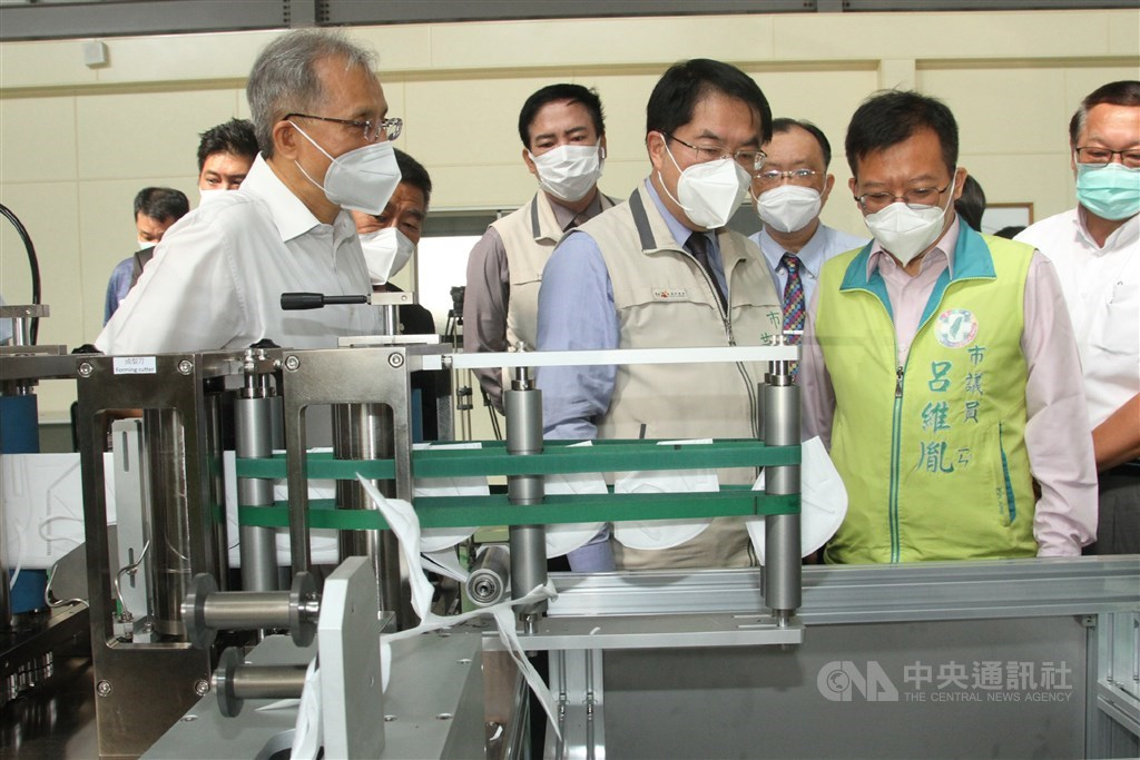 Tainan Mayor Huang Wei-che (front, center) inspect the face mask machine Tuesday. CNA photo Sept. 15, 2020