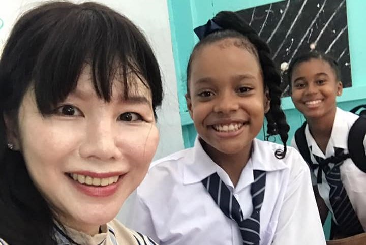 Taiwanese teacher Yvette Huang (黃玉慧, left) poses with first-year students at Girl's High School in the Caribbean country of St. Vincent and the Grenadines, one of Taiwan's diplomatic allies, on Monday. Huang was assigned by the Taiwan government to assist the school in its initiative to place Mandarin classes on its curriculum for the first time.Photo taken from the Facebook page of the Taiwan Technical Mission in Saint Vincent and Grenadines