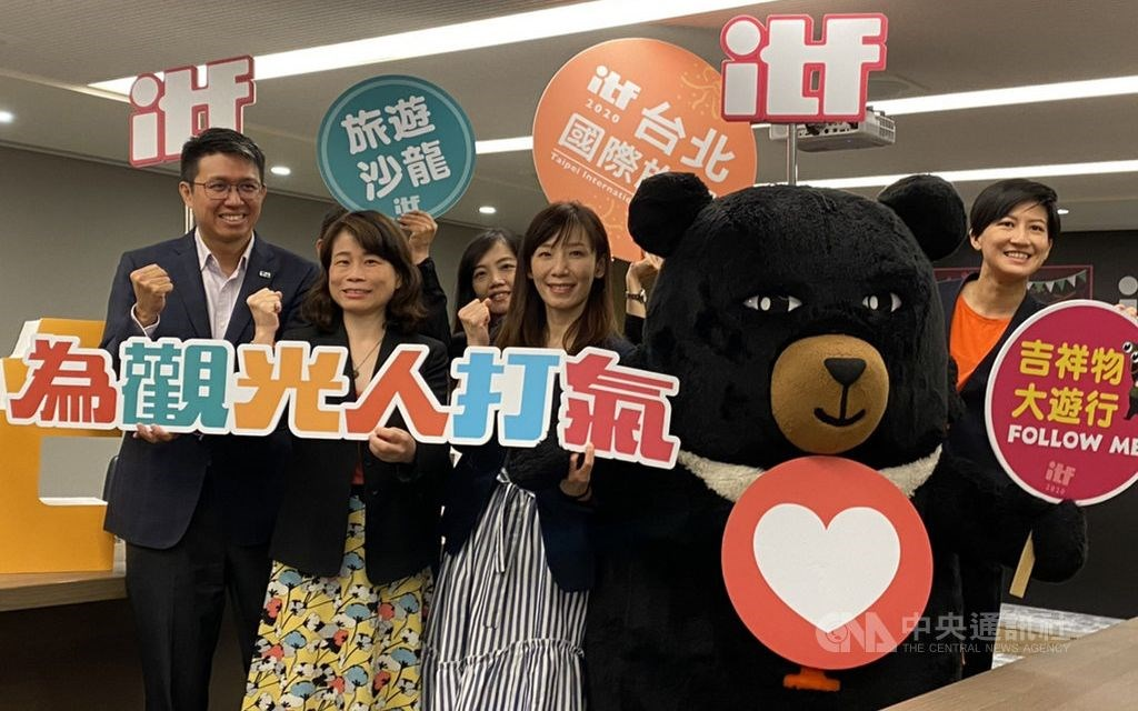 TVA Secretary-General Luo Chiung-ya (second left) poses with the Tourism Bureau