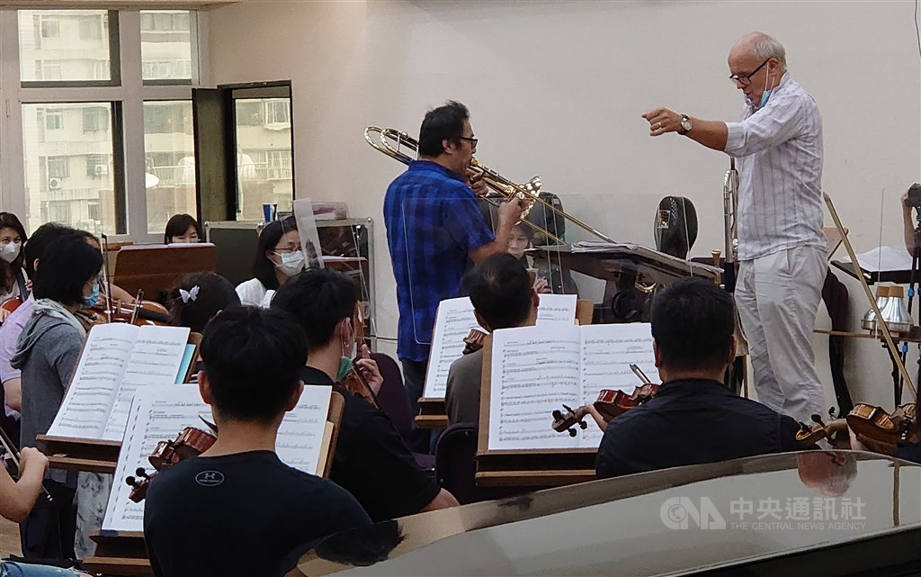 Swedish musician Christian Lindberg (right) conducts the Taipei Symphony Orchestra during a rehearsal. CNA photo Sept. 10, 2020