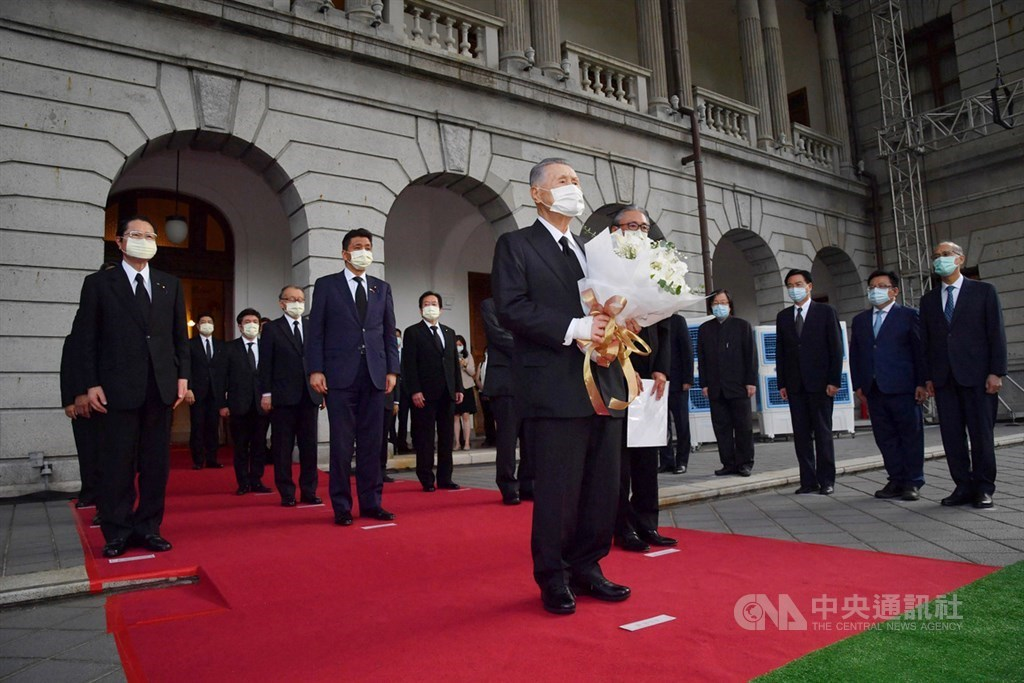 Former Japanese Prime Minister Yoshiro Mori (front) at a memorial set up for late Taiwanese President Lee Teng-hui in Taipei/ CNA file photo Aug. 9, 2020