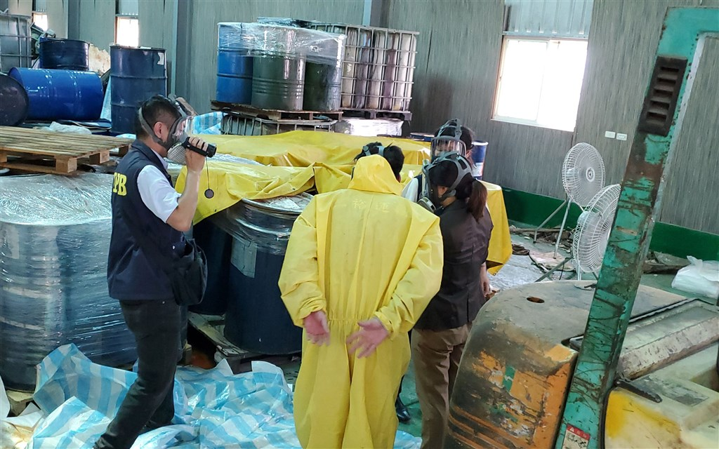 Officials in Kaohsiung inspect the spill site. CNA photo Sept. 18, 2020