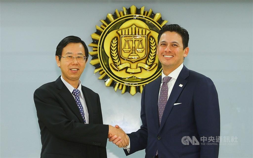 Investigation Bureau Director-General Leu Wen-jong (left) and FBI