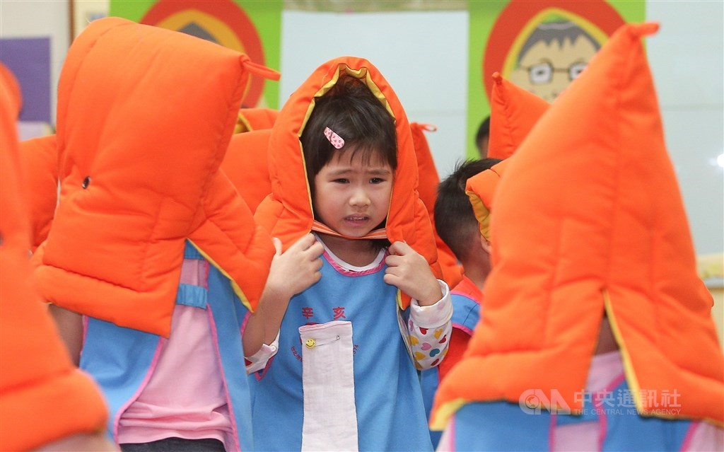 Kindergarten children wear protective hoods during an earthquake drill in Taipei in 2016. CNA file photo