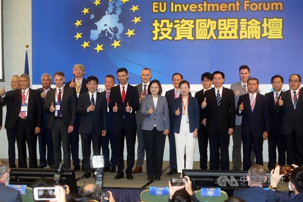 President Tsai Ing-wen (front, center) and Filip Grzegorzewski (front, in red tie), head of the European Economic and Trade Office. CNA photo Sept. 22, 2020