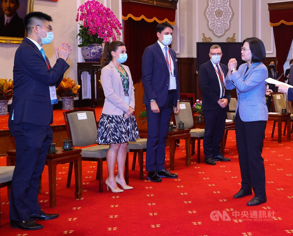 President Tsai Ing-wen (right) meets with card holders.