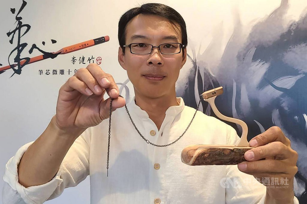 Lee Chien-chu and his record-breaking carving/ Photo courtesy of the National Center for Traditional Arts in Yilan