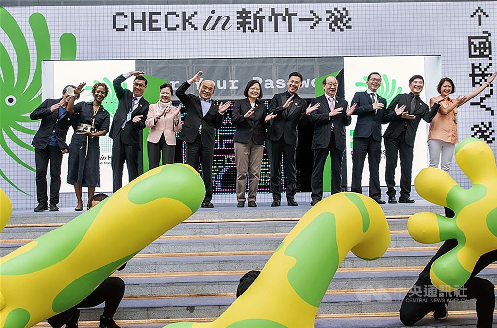 President Tsai Ing-wen (center) and Hsinchu Mayor Lin Chih-chien (center right) at the opening ceremony. CNA photo Sept. 30, 2020