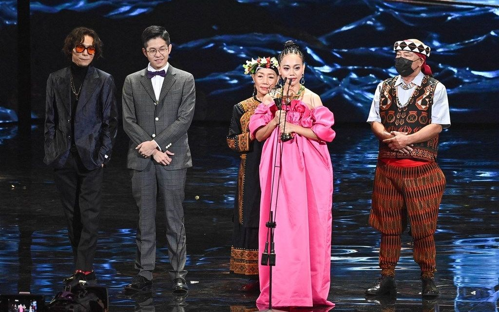 Singer Abao (in pink) with her parents by her side when receiving album of the year award. Photo courtesy of Taiwan Television Enterprise