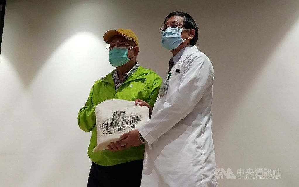 NTU Cancer Center Superintendent James Chih-hsin Yang (right) and the patient, Eric. CNA photo Oct. 7, 2020