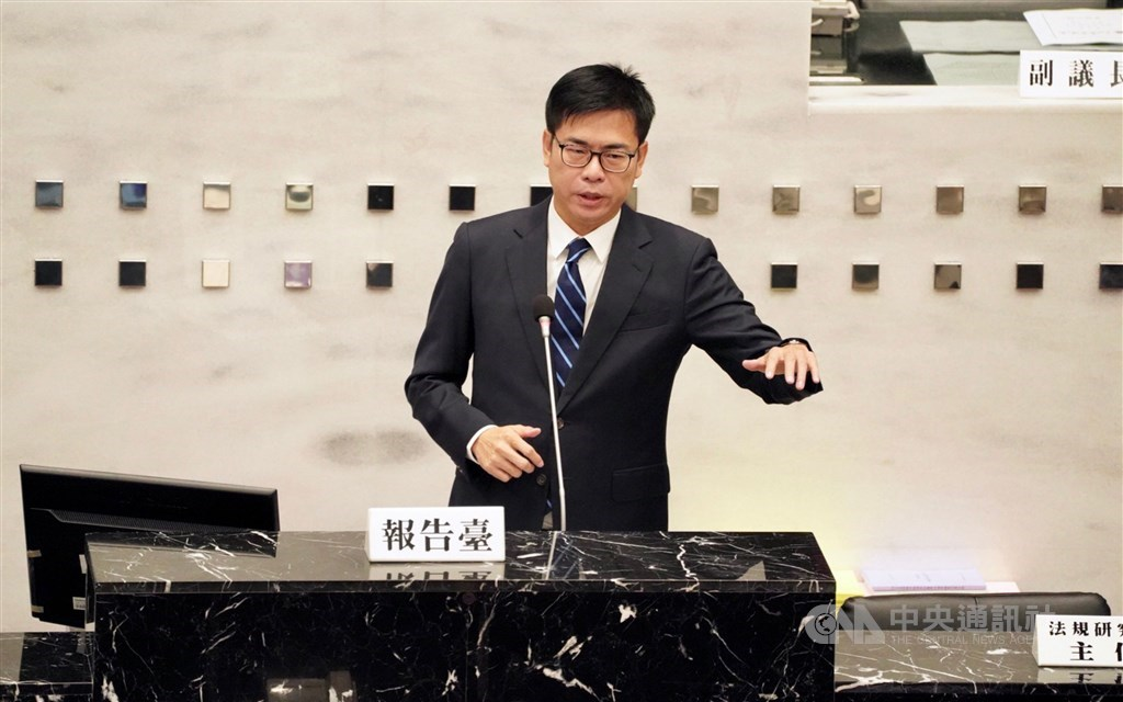 Kaohsiung Mayor Chen Chi-mai delivers his report to the city council. CNA photo Oct. 7, 2020