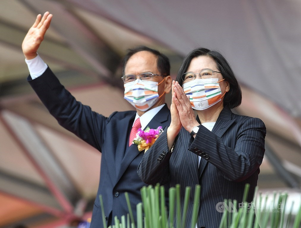 President Tsai Ing-wen (right) and Legislative Speaker You Si-kun. CNA photo Oct. 10, 2020