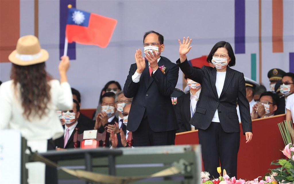 President Tsai Ing-wen (right) and Legislative Speaker Yu Shyi-kun (center). CNA photo Oct. 10, 2020