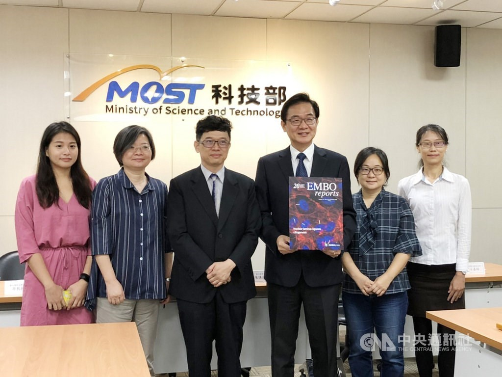 Chen Hong-chen (陳鴻震, third right), professor in molecular biology at National Yang-Ming University, and members of his research team / CNA photo Oct. 12, 2020