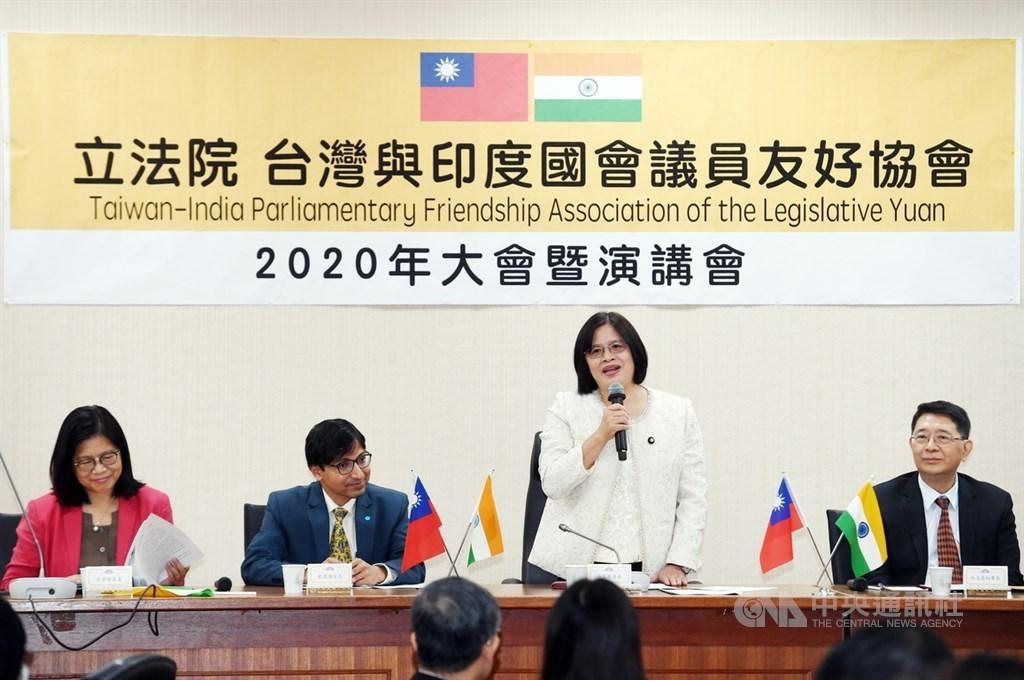Legislator Wu Yu-chin (standing)