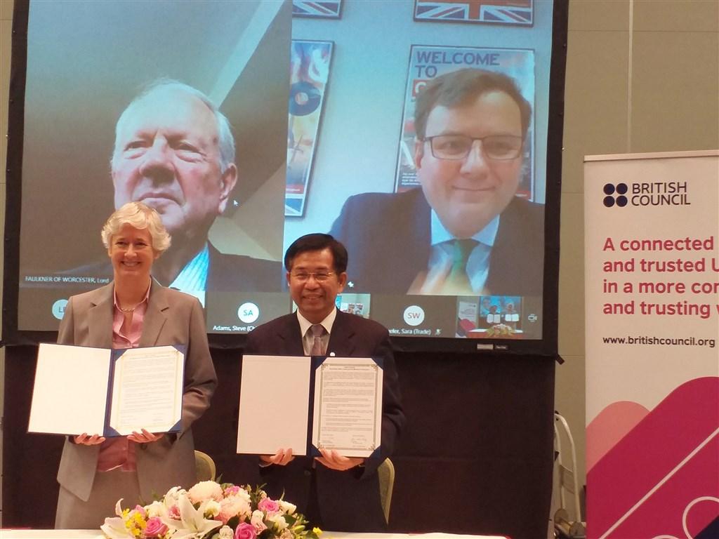 British Representative to Taiwan Catherine Nettleton (left) and Taiwan
