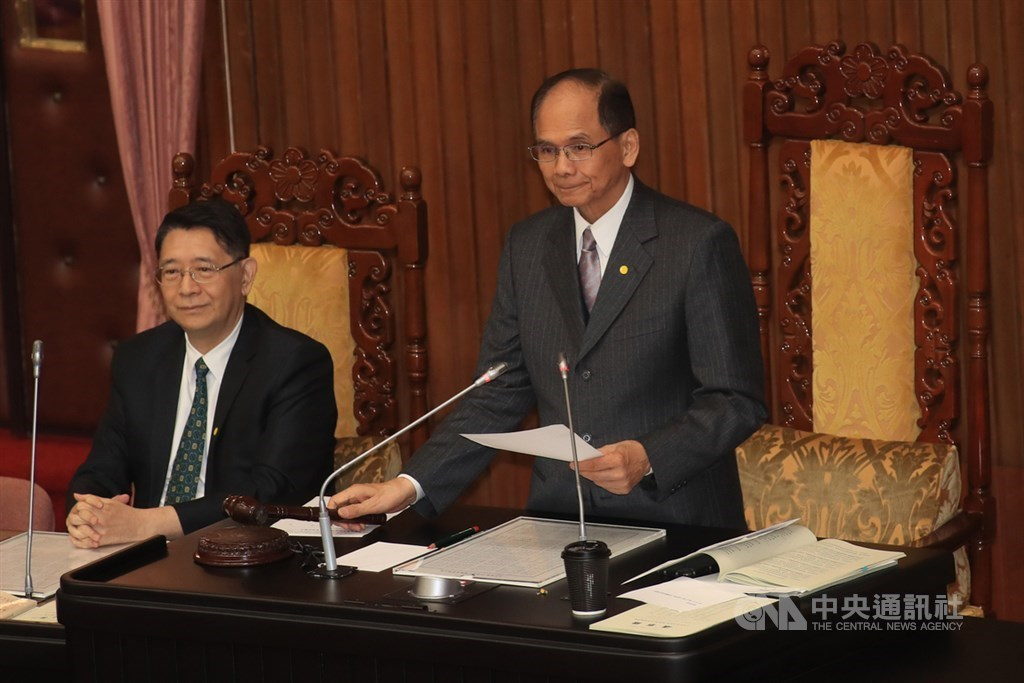 Legislative Speaker Yu Shyi-kun (standing) announces the approval of the special budget. CNA photo Oct. 23, 2020