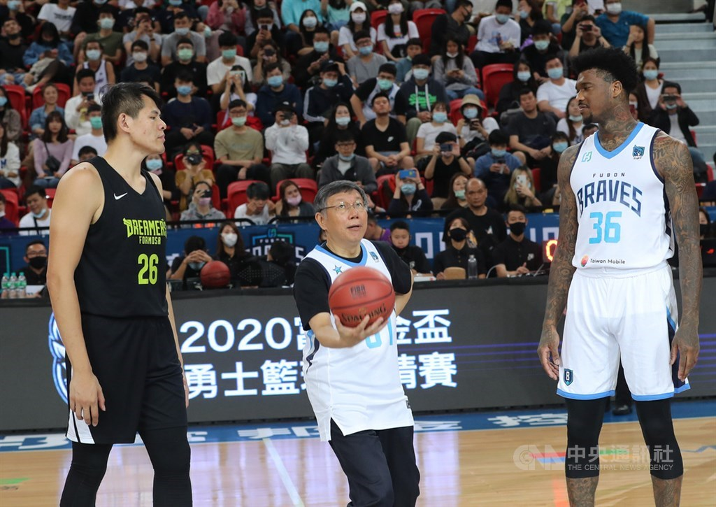 Taipei Mayor Ko Wen-je (柯文哲) prepares to throw up the ball in an honorary starting jump ball with Charles Garcia (right) before the final game of the 2020 Fubon Cup Braves Basketball Tournament Sunday between the Formosa Dreamers and Taipei Fubon Braves. CNA photo Nov. 8, 2020