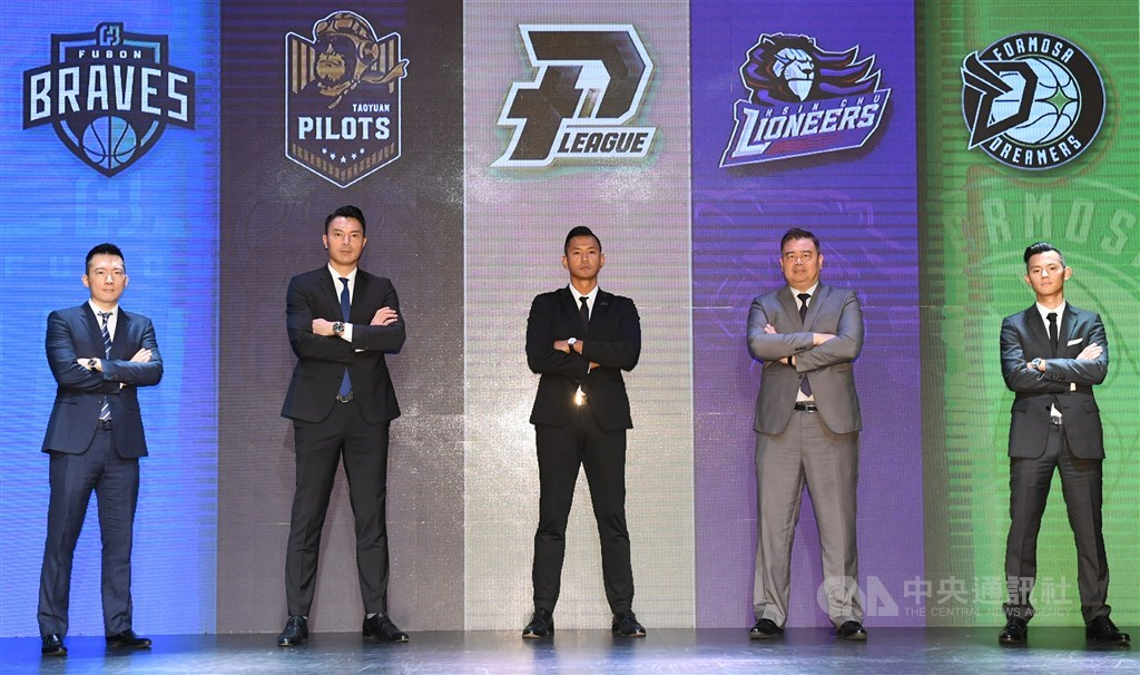 P.LEAGUE+ founder and CEO Blackie Chen (center) and representatives of the teams in the league pose for a group photo at a press conference. CNA photo Nov. 11, 2020