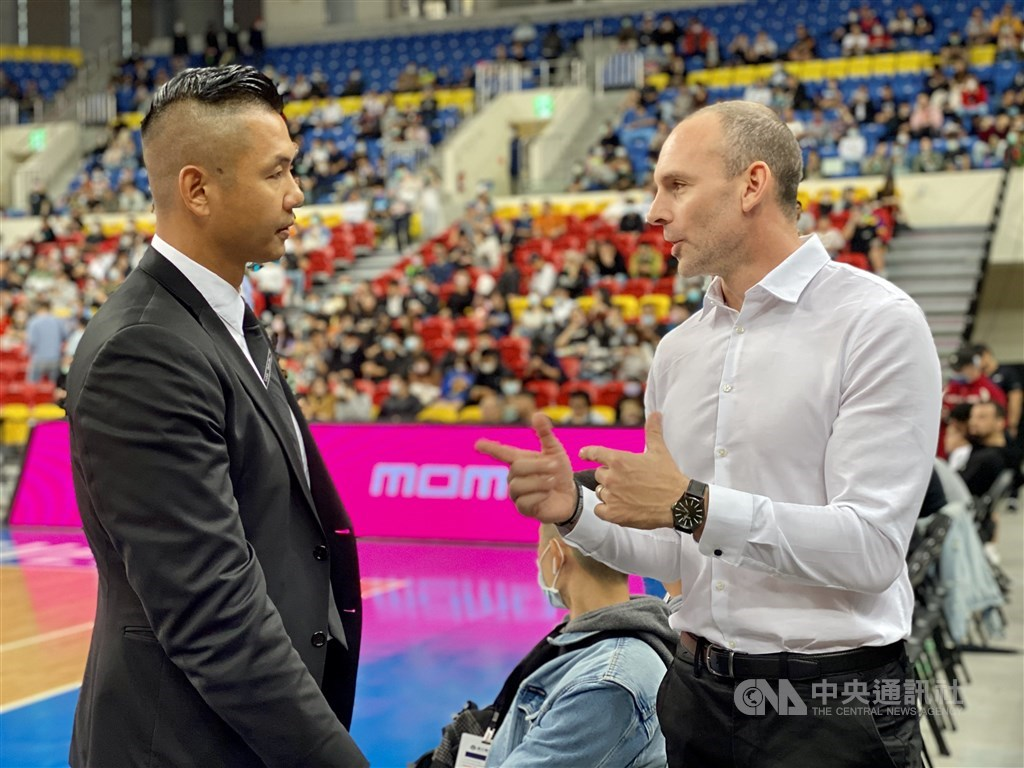Formosa Dreamers head coach Kyle Julius (right) speaks with P.LEAGUE+ founder and CEO Blackie Chen (陳建州) at preseason games held at Taipei Heping Basketball Gymnasium on Nov. 8. CNA file photo