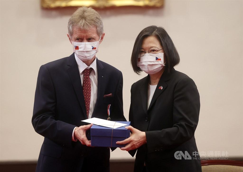 Czech Senate President Miloš Vystrčil (left) meets President Tsai Ing-wen (right) during his Taiwan visit in September / CNA file photo