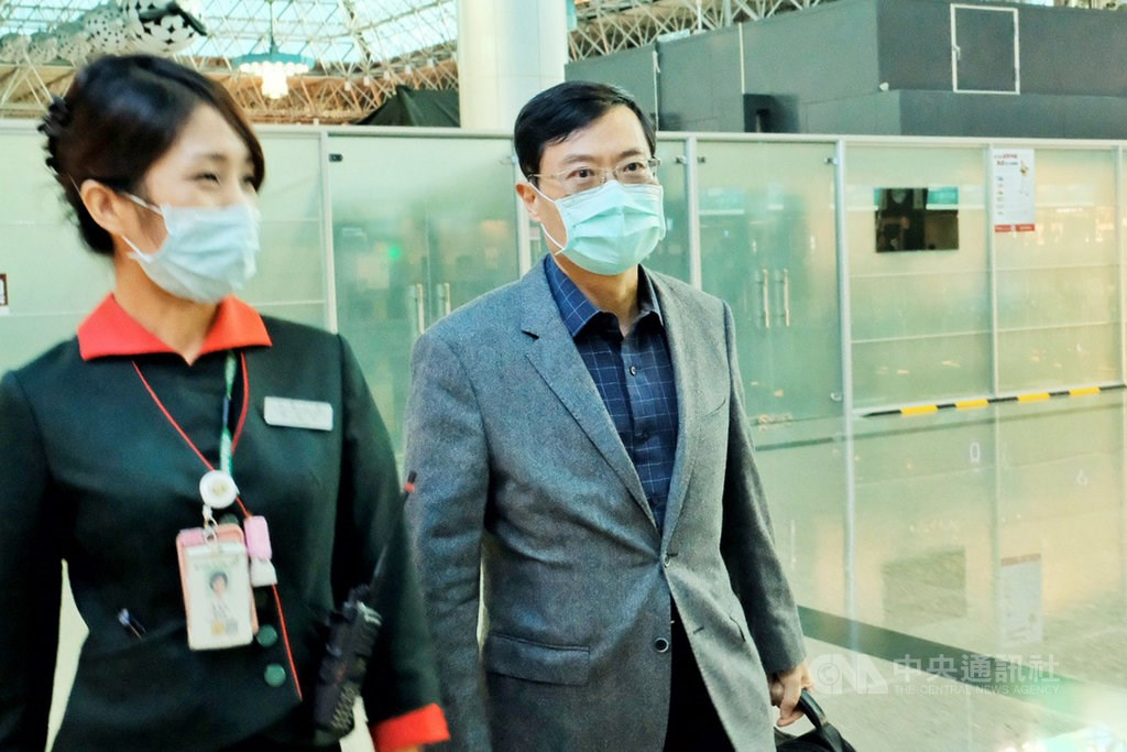 Deputy Minister of Economic Affairs Chen Chern-chyi (right) departs for the United States on Monday.