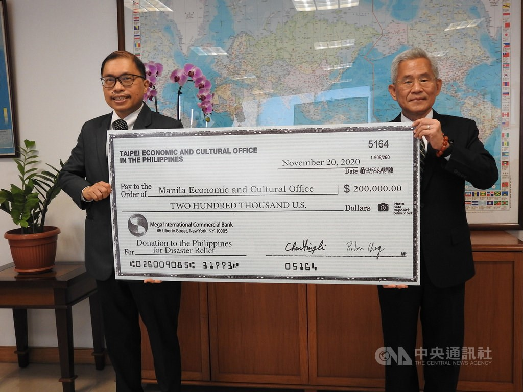 Taiwan representative to the Philippines Michael Hsu (right) presents a donation of US$200,000 to MECO Deputy Resident Representative Gilberto F. Lauengco (left).