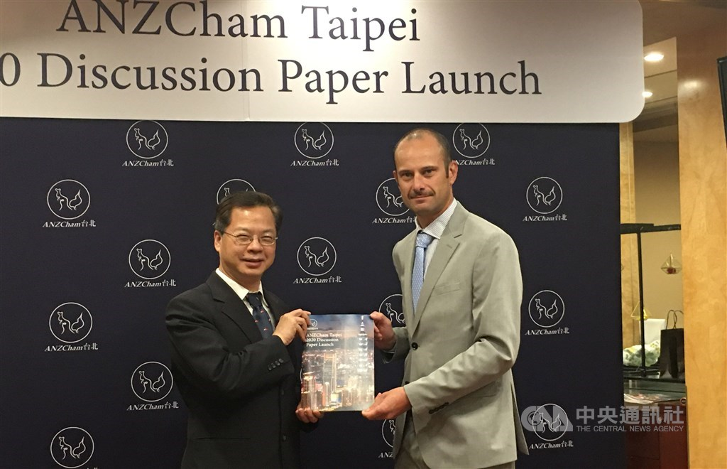 ANZCham Taipei Chairman Damien Van Eyk (right) and Kung Ming-hsin, chief of the National Development Council. CNA photo Nov. 19, 2020