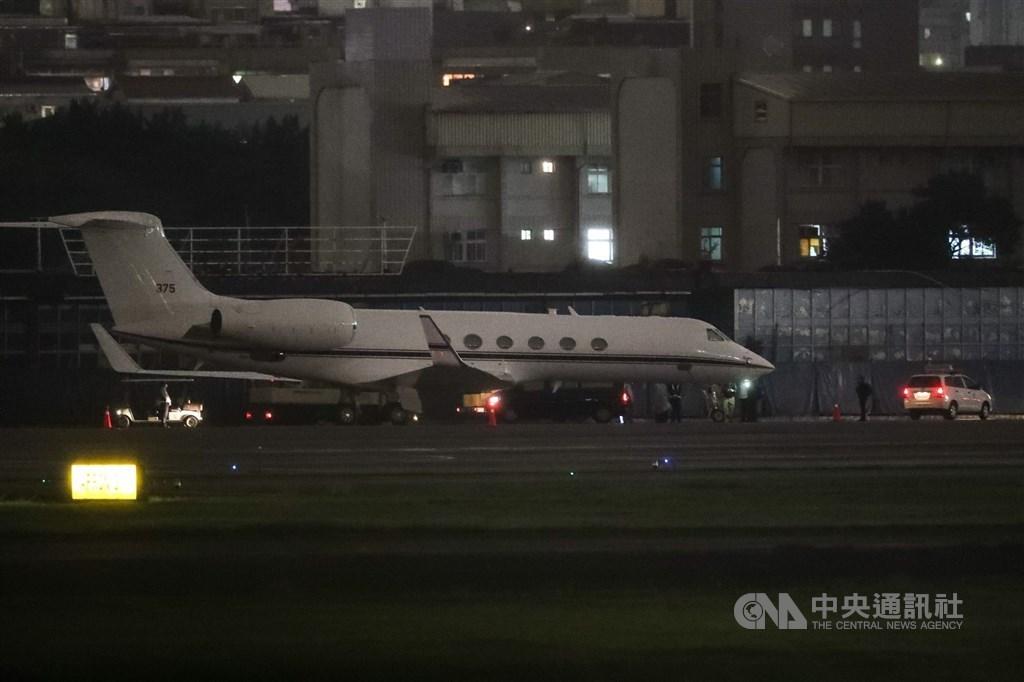 A U.S. charter plane at Taipei Songshan Airport. CNA photo Nov. 22, 2020