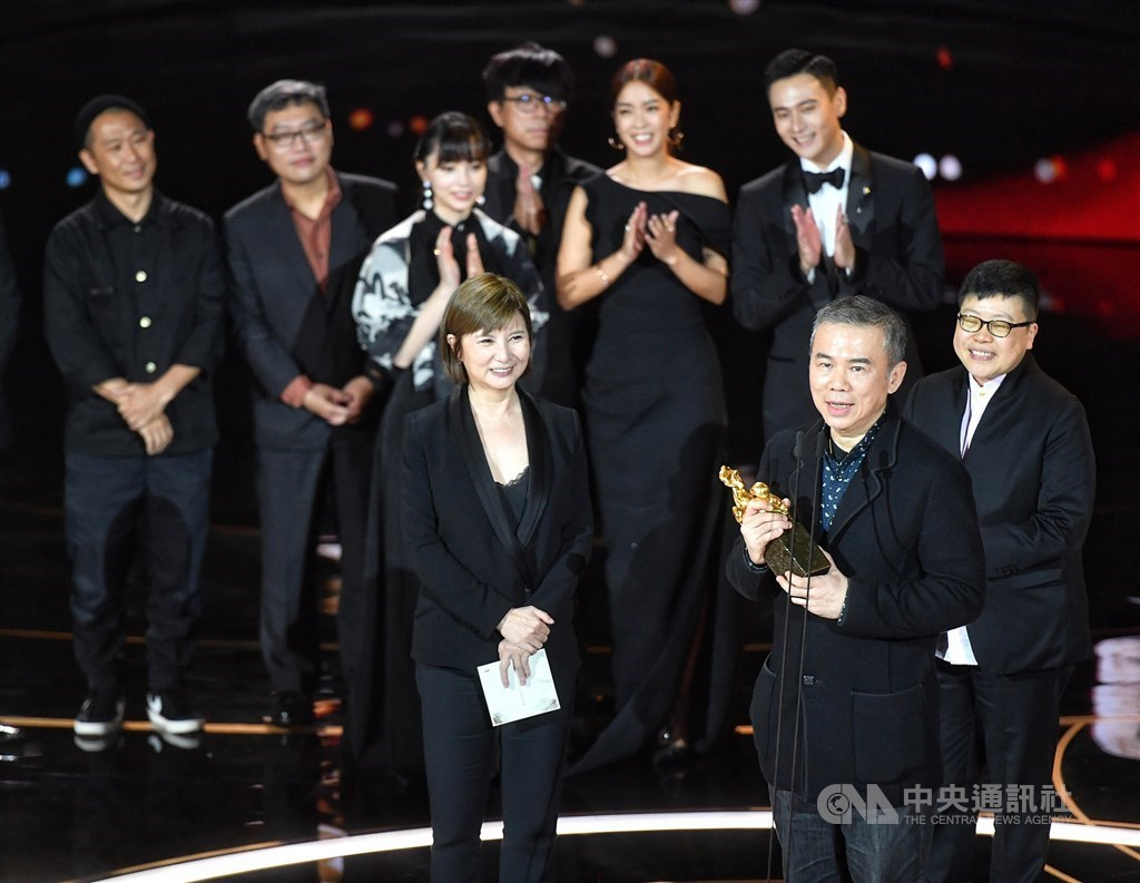 Director Chen Yu-shun (front) holds the award. CNA photo Nov. 21, 2020