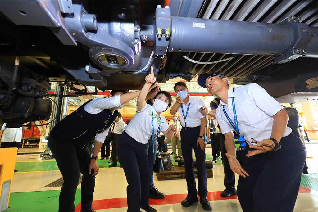 Taichung Mayor Lu Shiow-yen (center) inspect the malfunctioned part of the train. Photo courtesy of the Taichung City government