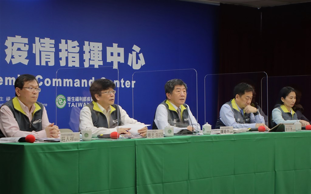 Health Minister Chen Shih-chung (center) hosts the weekly COVID-19 press briefing. Photo courtesy of the CECC