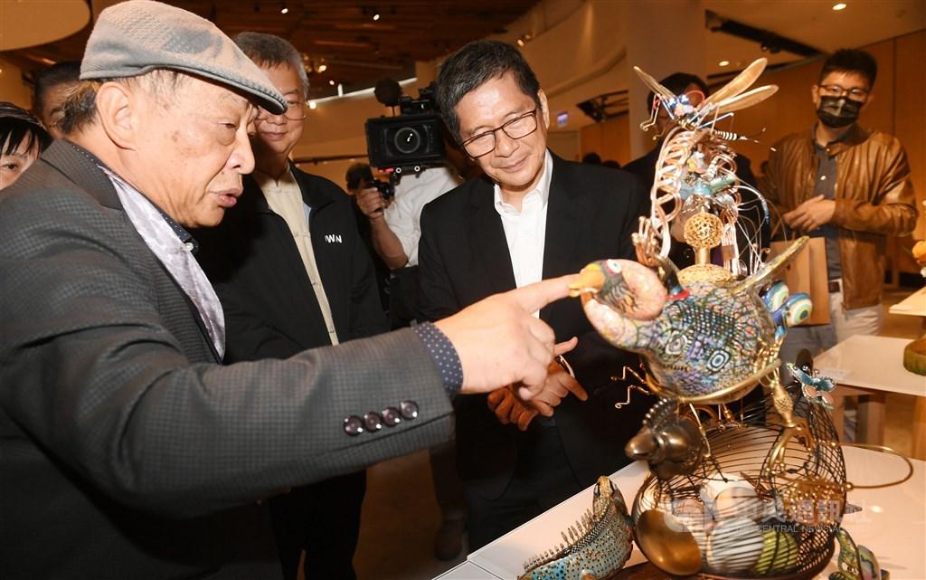 Minister of Culture Lee Yung-te (center) listens to artist Tsai Erh-ping (left) explaining his work. CNA photo Nov. 28, 2020