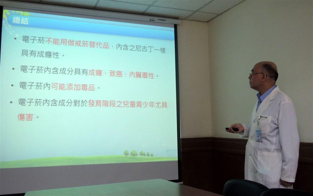 Pediatrician Lue Ko-huang. CNA photo Dec. 1, 2020