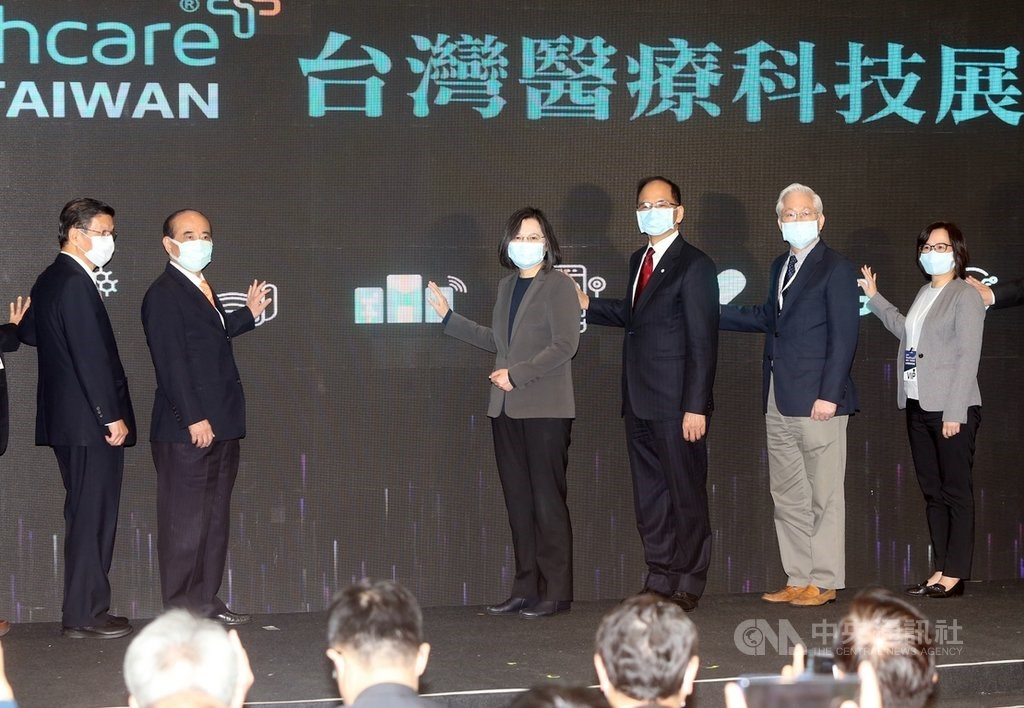 President Tsai Ing-wen (third from left) at the opening of the 2020 Taiwan HealthCare Expo in Nangang, Taipei. CNA photo Dec. 3, 2020