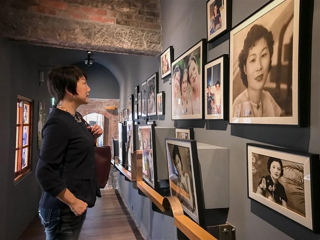 Legislator Fan Yun (left) visits the Ama Museum (Photo courtesy of Fan Yun