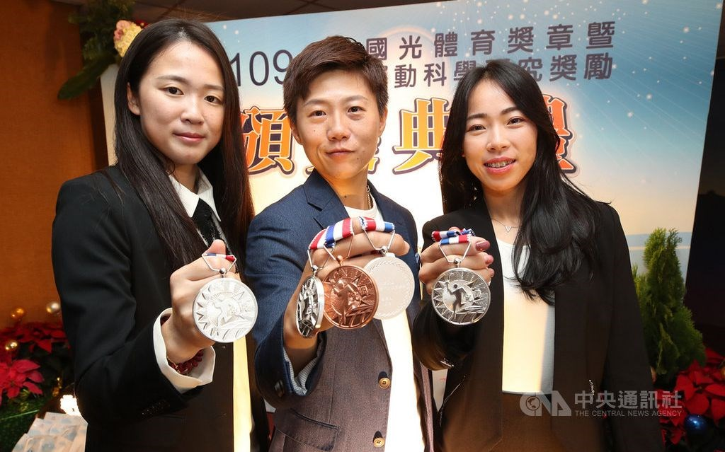 Lei Chien-ying (center), world No. 2 Tan Ya-ting (right) and their teammate Peng Chia-mao. CNA photo Dec. 4, 2020
