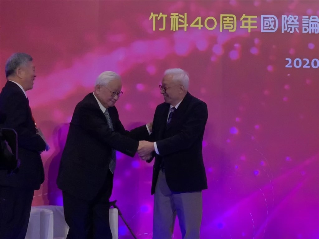TSMC founder Morris Chang (center) and UMC founder Robert Tsao (right). Photo courtesy of a reader