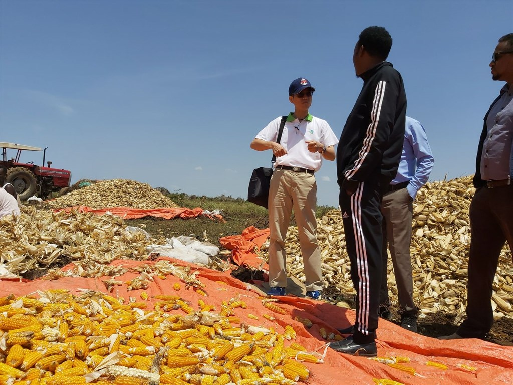 Mars Shiue (in white polo shirt) visits a local farm in Somaliland / Photo courtesy of the Taiwan Technical Mission in Somaliland.