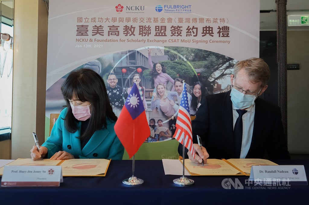 NCKU President Su Huey-jen (left) and Fulbright Taiwan Executive Director Randall Nadeau sign a memorandum of understanding to allow broader exchanges with American students. Photo courtesy of NCKU