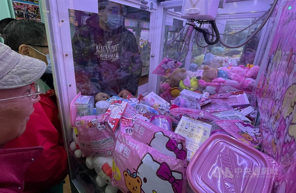 A claw machine stacked with hand warmers in Taipei / CNA photo Jan. 13, 2021