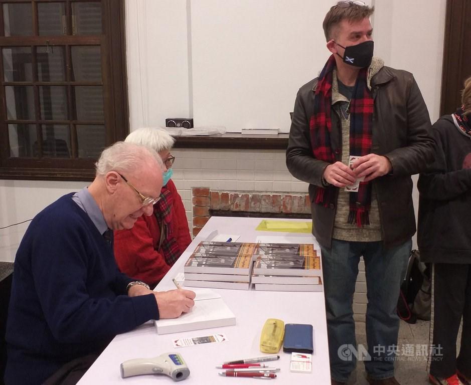 Michael Hurst (left). CNA Photo.